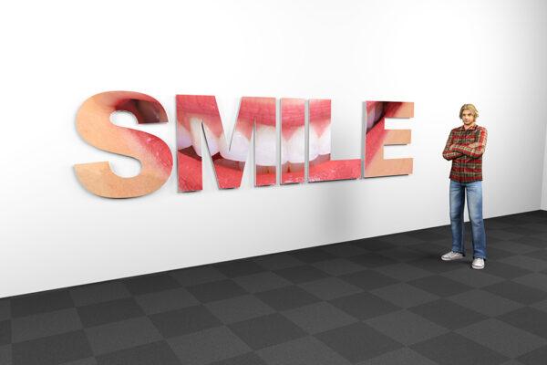 3D concept tekst SMILE op wand